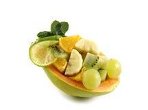 Fruchtsalat zur Hälfte der Papaya Stockfotografie