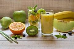Fruchtsmootie und -salat in 2 Gläsern Stockbild