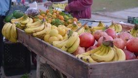 Fruchtstand auf Markt in Tanger stock video footage