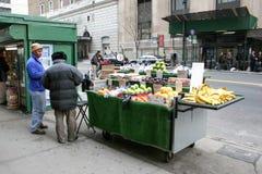 Fruchtstand in Midtown Manhattan Lizenzfreies Stockfoto