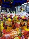 Fruchttöpfe im Ziegelstein-Weg Lizenzfreie Stockfotografie