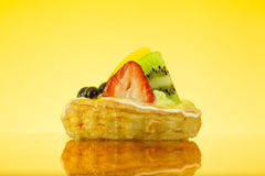 Fruchttörtchen im gelben Hintergrund Stockfoto