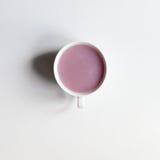 Fruchttee mit Milch- oder Rosenquarzgelee stockbilder