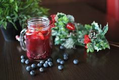 Fruchttee Tee mit Waldbeeren stockfoto
