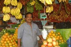 Fruchtverkäufer in Indien Stockbild