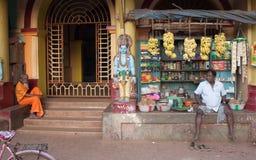 Fruchtverkäufer nahe bei Tempeleingang Stockfotografie