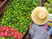 Fruchtverkäufer an sich hin- und herbewegendem Basar in Thailand lizenzfreie stockfotografie