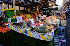 Fruist und Gemüsestraßenmarkt, Croydon, Surrey, Großbritannien Lizenzfreies Stockfoto