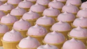 Fruité rose et glace à la vanille dans une tasse de gaufre banque de vidéos