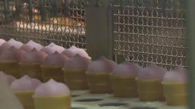 Fruité rose et glace à la vanille dans une tasse de gaufre clips vidéos