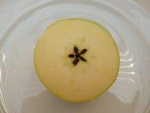 Fruit à moitié jaune de pomme Photos libres de droits