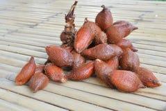 Fruit asiatique de Salacca sur la table en bambou Photos stock