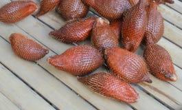 Fruit asiatique de Salacca sur la table en bambou Images stock