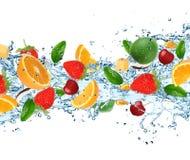 Fruit avec éclabousser l'eau images stock