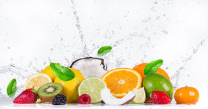 Fruit avec l'éclaboussure de l'eau Images libres de droits
