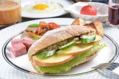 Fruit avec le sandwich à salade de thon Images stock