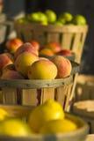 Fruit bij de Markt van de Kant van de weg stock afbeeldingen