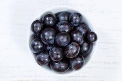 Fruit bleu de fruits de raisins de panneau en bois de cuvette ci-dessus photographie stock libre de droits