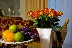 Fruit, bloemen en wijn stock afbeelding