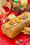 Fruit-cake рождества с праздничный украшением Стоковое фото RF