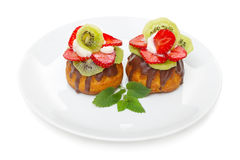 Fruit cake with strawberries and kiwi Royalty Free Stock Images