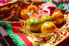 Fruit, chapelet, fleur et drapeau oranges de prière dans le temple bouddhiste chinois, offres matérielles de bouddhiste tradition images libres de droits