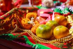 Fruit, chapelet, fleur et drapeau oranges de prière dans le temple bouddhiste chinois, offres matérielles de bouddhiste tradition photo libre de droits
