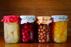 Fruit conservé en verre sur la table en bois, aliment biologique photos libres de droits
