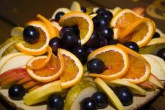 Fruit coupé en tranches et admirablement servi sur un plateau Photographie stock