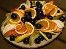 Fruit coupé en tranches et admirablement servi sur un plateau Photo stock