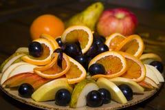 Fruit coupé en tranches et admirablement servi sur un plateau Photographie stock libre de droits