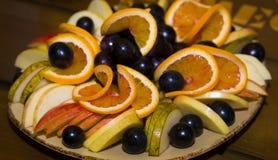 Fruit coupé en tranches et admirablement servi sur un plateau Photos stock