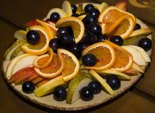 Fruit coupé en tranches et admirablement servi sur un plateau Image libre de droits