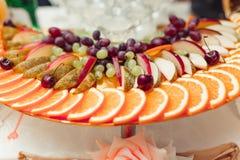 Fruit coupé en tranches sur un plateau Images stock