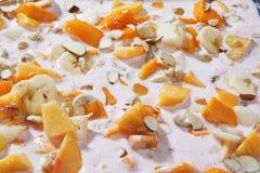 Fruit délicieux et dessert à la crème aromatisé par Rose image stock