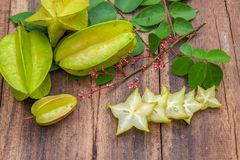 Fruit d'étoile sur le fond en bois Photo stock