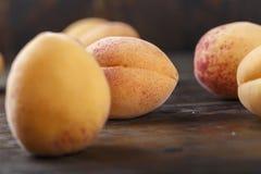Fruit d'abricot Abricots organiques frais sur le fond en bois Image libre de droits