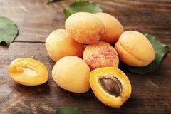 Fruit d'abricot Abricots organiques frais sur le fond en bois Photographie stock