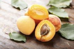 Fruit d'abricot Abricots organiques frais sur le fond en bois Images stock