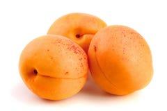Fruit d'abricot d'isolement sur le macro blanc de fond images stock