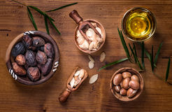 Fruit d'argan et composition en huile Photo stock