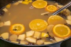 Fruit dans le pot de fruits des oranges et des pommes image stock