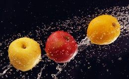 Fruit dans un jet d'eau. Images stock