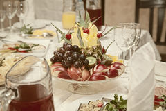 Fruit dans un vase sur la table Photos stock