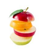 Fruit dat uit vliegende plakken wordt samengesteld die op wit worden geïsoleerd Royalty-vrije Stock Afbeeldingen