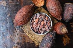 Fruit de cacao et graines de cacao secs dans une cuvette sur la table photo libre de droits