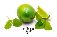 Fruit de chaux avec la mélisse d'isolement sur le blanc Photos stock
