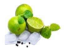 Fruit de chaux avec la mélisse d'isolement sur le blanc Photo stock