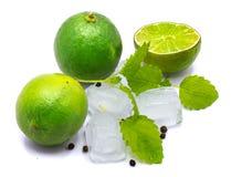 Fruit de chaux avec la mélisse d'isolement sur le blanc Photo libre de droits