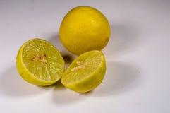 Fruit de chaux d'agrume sur le coupe-circuit blanc de fond Photographie stock libre de droits